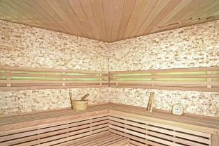 Traditionelle Sauna Skyline XL BIG Kunststeinwand – Bild 3